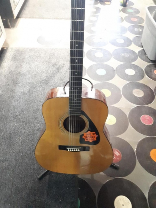 Yamaha - Acoustic Guitar